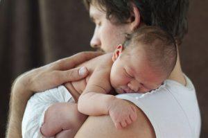 come prendere in braccio un neonato 7